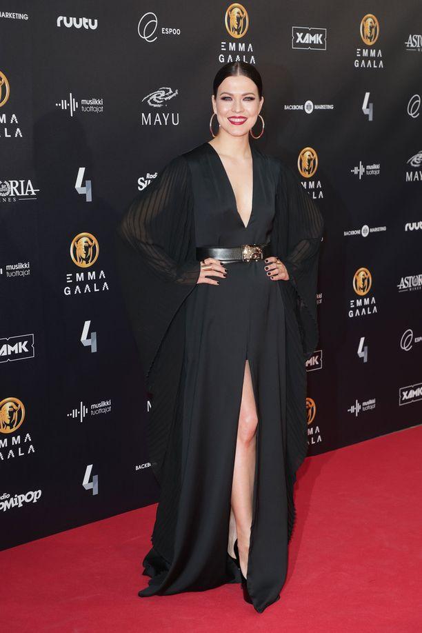 Jenni Vartiainen halusi tukea Me Too -kampanjaa pukeutumalla Emma-gaalassa mustaan.