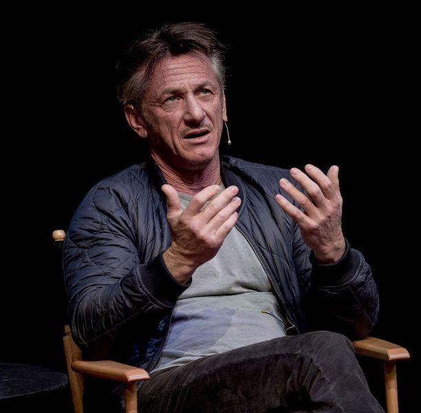 Sean Penn halusi rientää hirmumyrskyn uhrien avuksi.