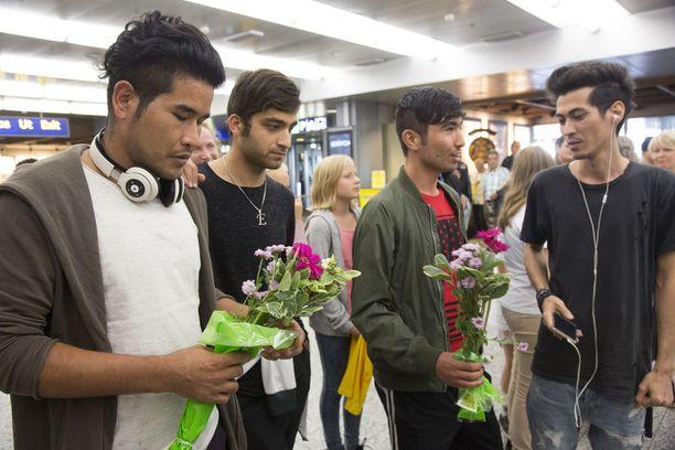 Afgaaniystävät odottivat Zakia kukkien kera.