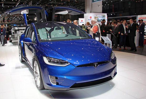 Uusi Model X on katumaasturi, jossa on haukan siivet takana.
