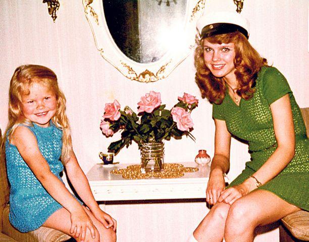 – Ylioppilasjuhliani edeltävänä päivänä värjäsin hiukseni. Toivoin saavani niihin kullanvaaleaa sävyä, mutta ne menivätkin pähkinänruskeiksi. Itkin koko yön ja yritin hinkata väriä pois. Kuvassa on myös 12 vuotta nuorempi siskoni Jenni, jonka kanssa olemme yhä läheisiä. Olin hänelle aina kuin pikkuäiti, kovin huolehtivainen ja suojeleva.