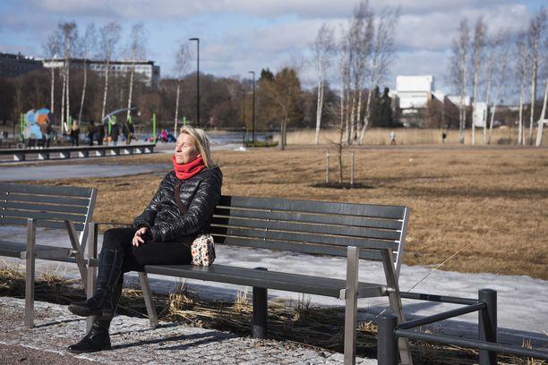 Kuten hallituskin on todennut, ulkona kävely on kaikille sallittua ja jopa suotavaa. Esimerkiksi puistonpenkille saa istahtaa, jos vain pitää turvavälin muihin.