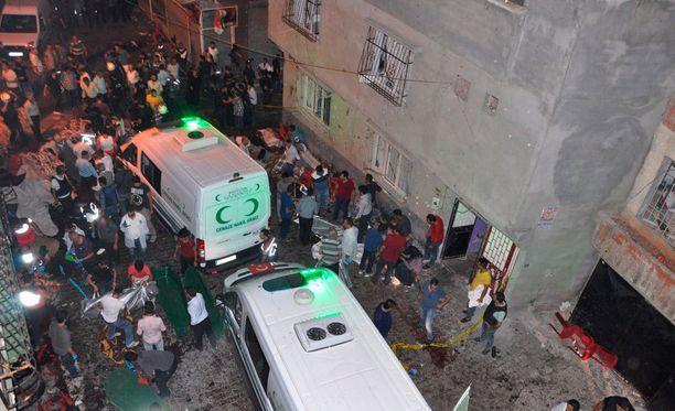 Iskussa kuoli ainakin 30 ja haavoittui ainakin 94 ihmistä.