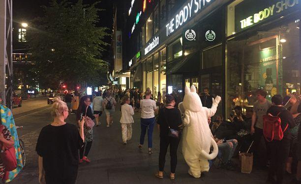 Muumimuki sai porukkaa liikkeelle Helsingissä myöhään keskiviikkoiltana.