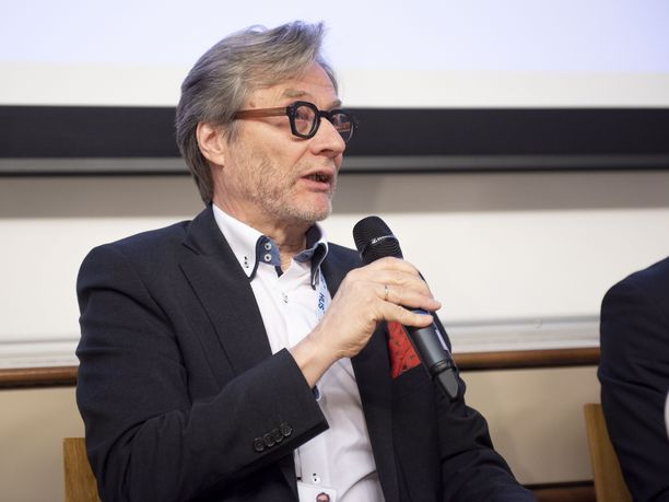 HUSin johtajaylilääkäri Markku Mäkijärvi HUSin ja THL:n koronatiedotustilaisuudessa helmikuussa 2020.