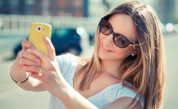 Tuoreen tutkimuksen mukaan kolme neljästä 12-19-vuotiaasta suomaalistytöstä julkaisee sosiaalisessa mediassa selfieitä eli omakuvia.