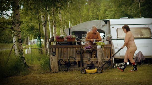 Timo kiteyttää naturismin idean omalta ja vaimonsa kohdalta dokumentissa näin: -Olemme ilman vaatteita kaikissa paikoissa ja olosuhteissa, joissa vain voimme.