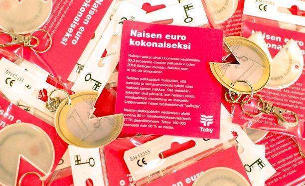 Tehy muun muassa jakaa päivän aikana naisen euro -heijastimia.