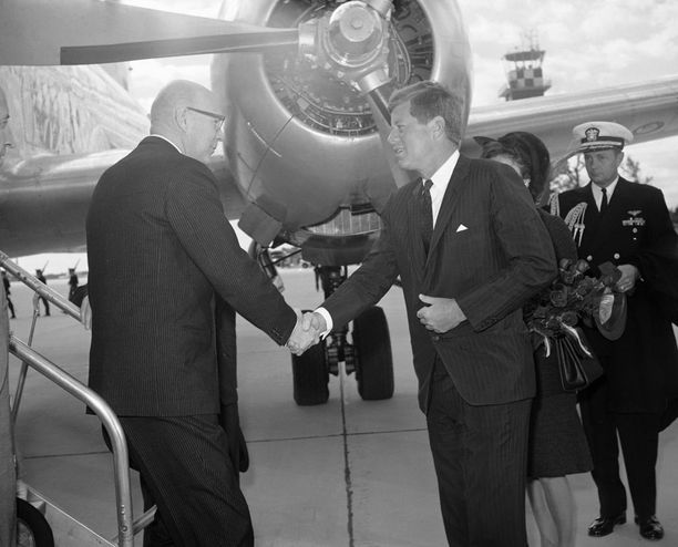 Presidentit Urho Kekkonen ja John Kennedy kättelemässä Andrewsin ilmatukikohdassa Marylandissa vierailun alussa lokakuussa 1961.