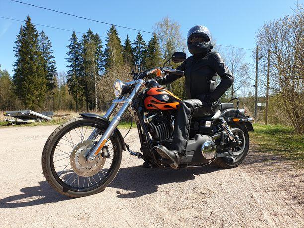 Moa Mannerström ajaa nykyään unelmiensa Harley Davidsonilla, joka löytyi Rinta-Joupin Autoliikkeen avulla.