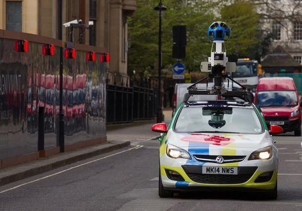 Googlen kuvausauton kamera nousee montaa piha-aitaa korkeammaksi.