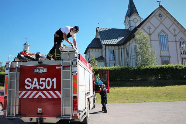 Sopimuspalokuntalaiset Jorma Rauhala ja Raimo Lemmenranta eivät onnistuneet tavoittamaan Merikarvian kirkkoon eksynyttä pikkulintua tunnin jahtaamisen jälkeen, sillä havaintoja ei enää saatu.