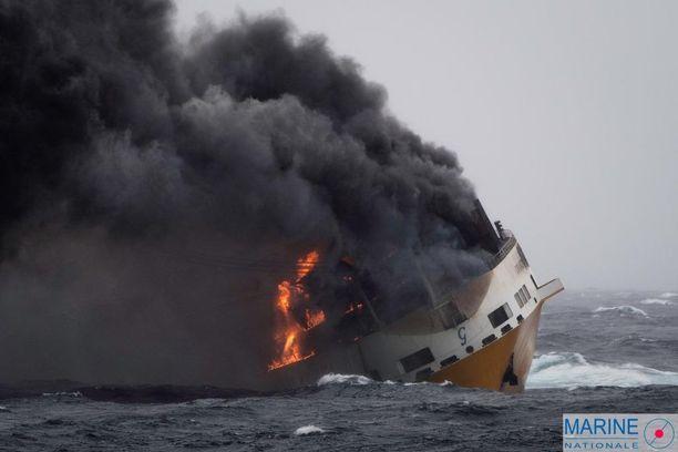 Uppoaminen johtui laivalla tapahtuneesta tulipalosta.