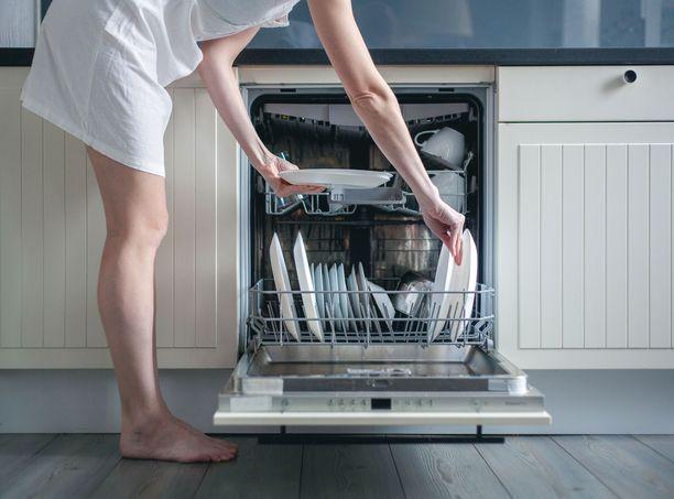 Pidennä astianpesukoneen käyttöikää huoltamalla ja puhdistamalla sitä.