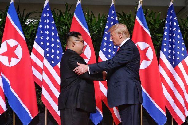 Trump piti Kimiä käsivarresta kiinni kätellessään häntä.