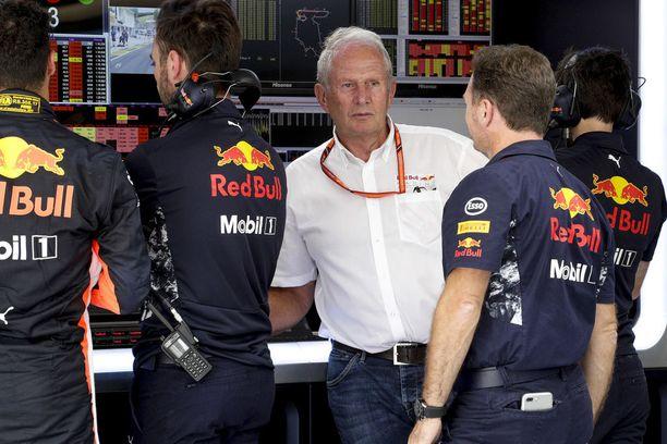 Helmut Marko (valkoinen paita) ja Christian Horner (juttelee Markon kanssa) pitivät tiukan puhuttelun kuljettajilleen Azerbaidzhanin GP:n jälkeen.