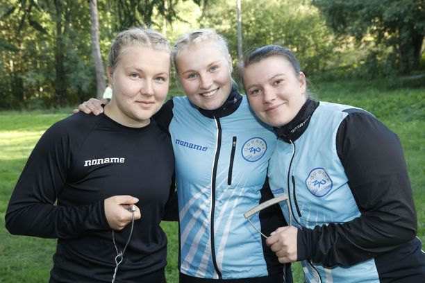 Moukarinheittäjät Tiina (vas.), Kati ja Heli Rinnekari ovat kotoisin Nurmijärveltä.