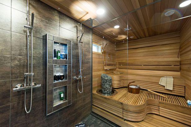 Saunatilat sijaitsevat talon yläkerrassa. Naapurin sauna sijaitsee talot yhdistävässä saunasiivessä.
