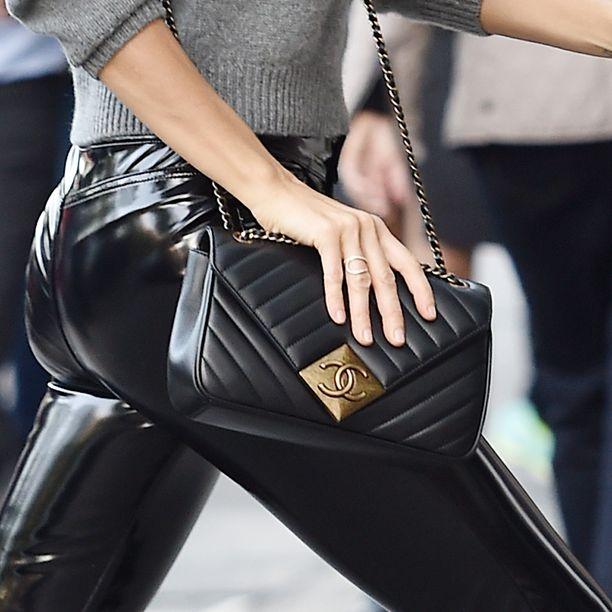 Malli yhdisti housuihinsa Chanelin mustan käsilaukun.