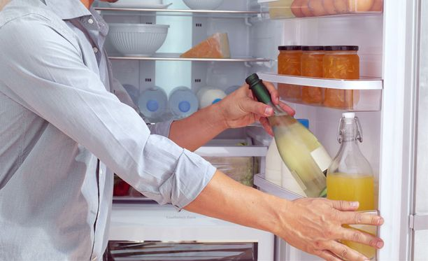 Jääkaapin ovi on hyvä paikka säilyttää mehuja ja vesiä.