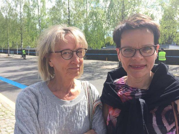 """Eija Labbas ja Lea Vauhkonen yhdistivät surusaattueen seuraamisen ja päiväkävelyn. Heidän mieleensä Koivisto jäi erityisesti lentopalloilijana ja """"fundeerajana."""""""