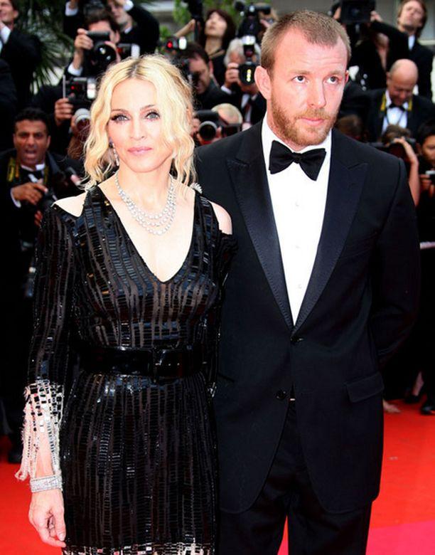 Guy edusti Madonnan rinnalla kuukausi sitten Cannesissa. Melko vastentahtoisesti, voisi miehen ilmeestä päätellä.