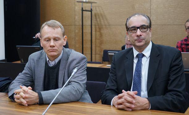 Timo Räty sai korkeimmasta oikeudesta tuomion työsyrjinnästä. Arkistokuvassa hän ja asianajaja Heikki Lampela.