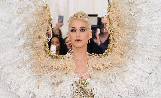 Maanantaisessa Met-gaalassa näyttävään asuun sonnustautunut poplaulaja Katy Perry haluaisi sopia riitansa Taylor Swiftin kanssa.