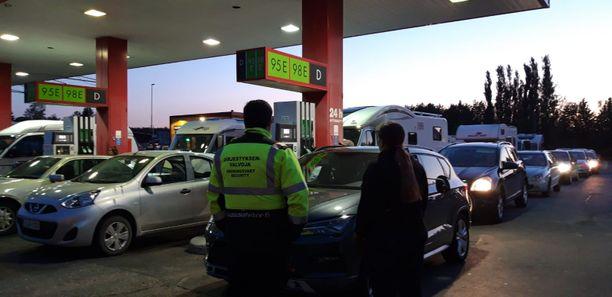 Ihmiset jonottivat halpaa polttoainetta Tuurin kyläkaupalla perjantain ja lauantain välisenä yönä.