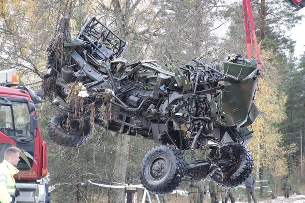 Onnettomuudessa syntyi kammottavaa jälkeä. Puolustusvoimien Masi-autosta ei jäänyt jäljelle kuin romuttunut runko.