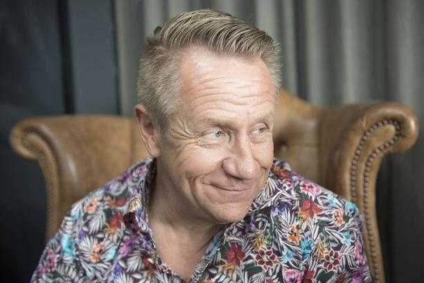 Olli Lindholm on alkanut harrastamaan zumbaa.