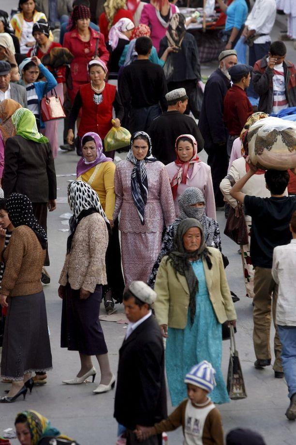 Uiguureja Kashgarin torilla Xinjiangissa vuonna 2006.