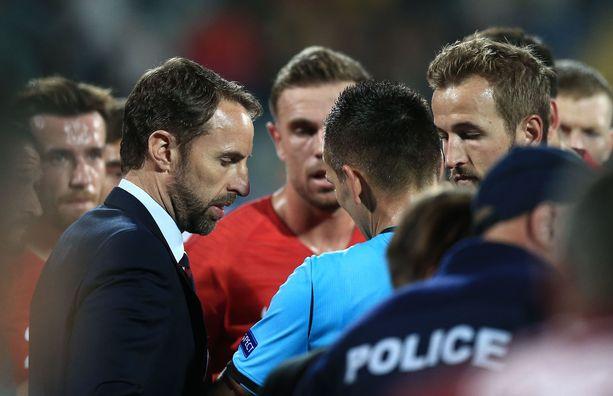 Gareth Southgate, Englannin pelaajat ja ottelun tuomaristo keskustelivat jopa pelin lopettamisesta.