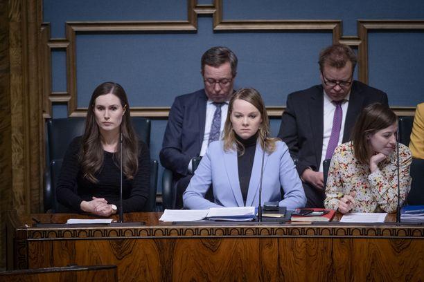 Sanna Marinilla (sd) ja Katri Kulmunilla (kesk) on edessään tuima vääntö kansliapäälliköistä. Kuva eduskunnasta maaliskuulta.