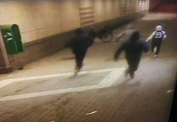 Kuvassa näkyvät epäillyt juoksevat karkuun tapon yrityksen jälkeen.