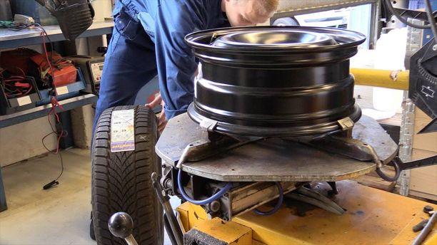 Jokaiseen renkaaseen asennetaan venttiilin yhteydessä oleva tunnistin, joilla rengaspaineen valvontajärjestelmä mittaa paineen lisäksi renkaan sisältämän ilman lämpötilaa ja pyörän kiihtyvyyttä.