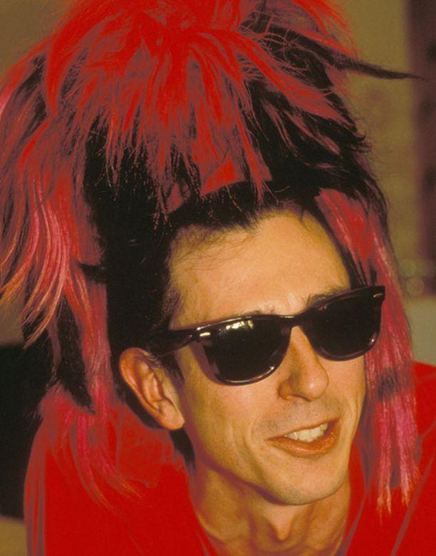 Tony Jamesin tavaramerkkinä oli Sigue Sigue Sputnikin aikaan punainen töyhtö. Kuva vuodelta 1986.