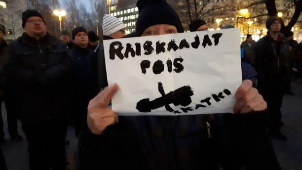 Oululainen perheenäiti Riitta Rönkä on vihainen raiskaajille.