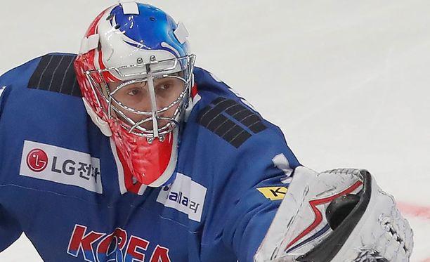 Matt Dalton torjuu olympialaisissa uuden kotimaansa, Etelä-Korean väreissä.
