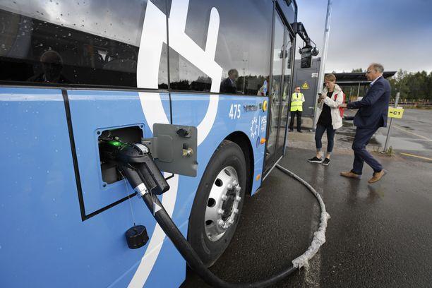 Latauksessa. Sähköbussien toimintasäde yhdellä latauksella on olosuhteista riippuen 200-400 kilometriä.