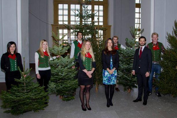 Ruotsin prinssi Carl Philip ja parin esikoista odottava prinsessa Sofia ottivat vastaan maatalousyliopiston tuomat perinteiset joulukuuset.