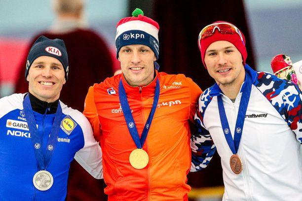 Poutalan rinnalla EM-mitaleita juhlivat mestaruuden voittanut Hollannin Ronald Mulder ja pronssia saanut Venäjän Pavel Kulizhnikov.