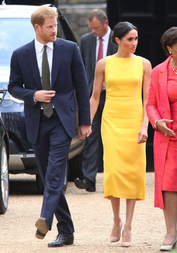 Sussexin herttuapari piti vastaanotolla toisiaan kädestä kiinni.