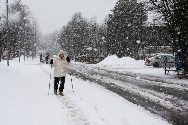 Suurin osa Lappia saa viikonloppuna lumipeitteen. Kuva Kuusamosta huhtikuulta 2014.