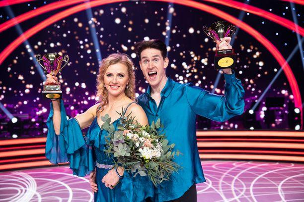 Virpi Saravuo ja Sami Helenius tuulettivat voittoaan.