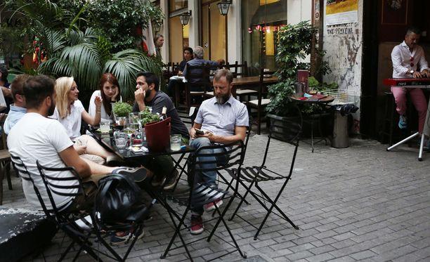 Kahvihetki kadulla. Kuva Ateenasta.
