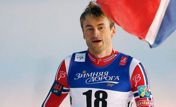 Petter Northugin ja kumppanien rinnuksissa on Zimnjaja Dorogan mainos.