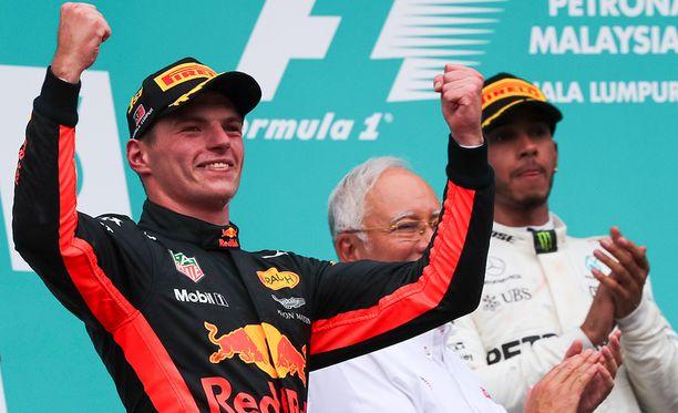 Max Verstappenia yritetään houkutella Lewis Hamiltonin tallikaveriksi.
