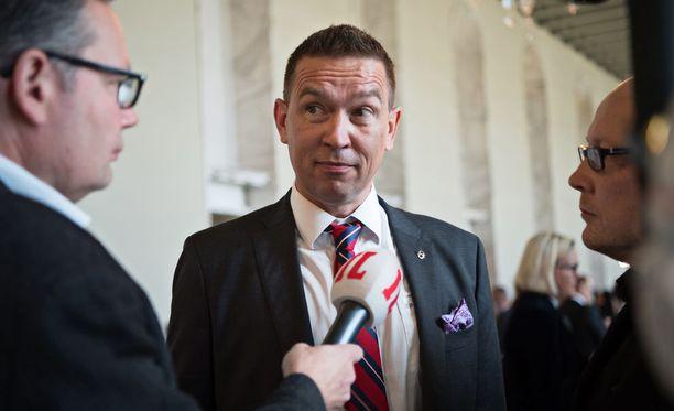 Perussuomalaisten kansanedustaja Tom Packalénin mukaan tieto portailla tapahtuneesta puukotuksesta ei tavoittanut eduskuntatalon sisällä olevia.