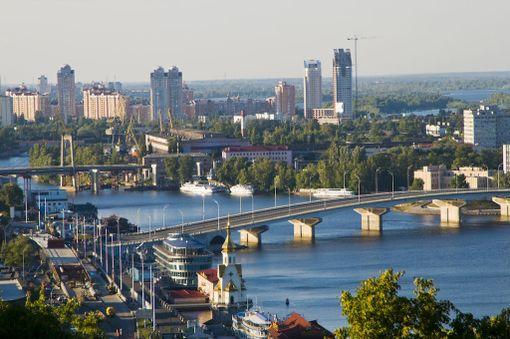Dnepr virtaa Kiovan halki.